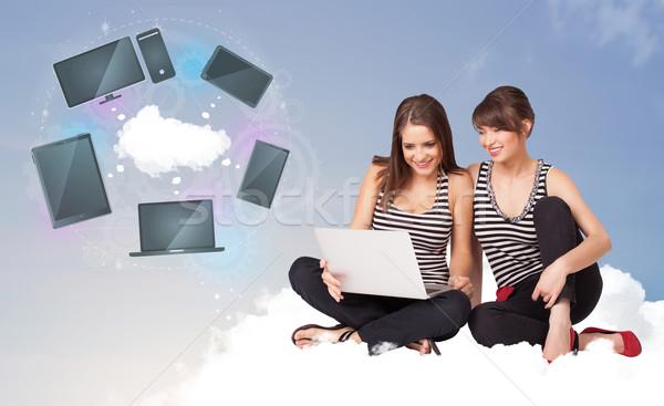 Jonge meisjes vergadering wolk genieten cloud-netwerk Stockfoto © ra2studio