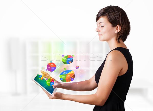 Stok fotoğraf: Genç · kadın · bakıyor · modern · tablet · turta