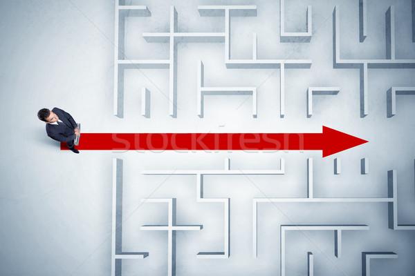 Сток-фото: деловой · человек · глядя · лабиринт · красный · стрелка