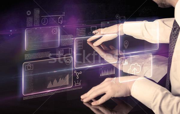 Mani toccare interattivo tavola maschio viola Foto d'archivio © ra2studio