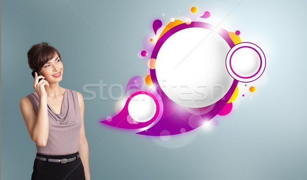 Mooie jonge vrouw presenteren abstract tekstballon exemplaar ruimte Stockfoto © ra2studio