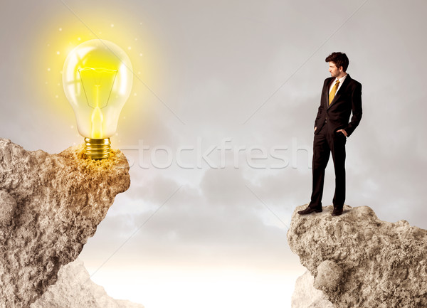 ビジネスマン 岩 山 アイデア 電球 立って ストックフォト © ra2studio