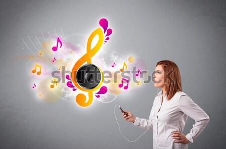 Bastante nina cantando escuchar música notas musicales fuera Foto stock © ra2studio