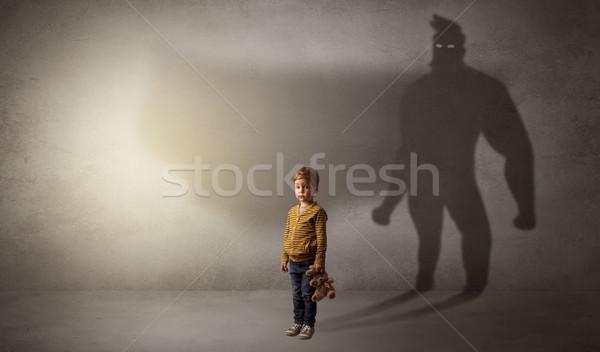 Foto stock: Bonitinho · criança · herói · sombra · atrás · quarto