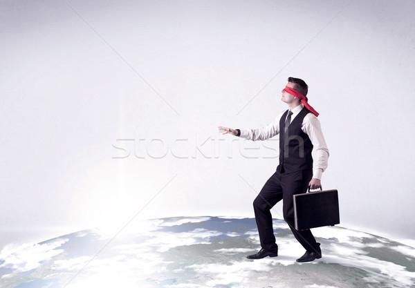Geblinddoekt zakenman jonge stappen realistisch wereldbol Stockfoto © ra2studio