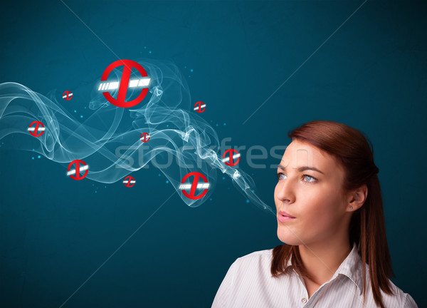 Foto stock: Mulher · jovem · fumador · perigoso · cigarro · sinais