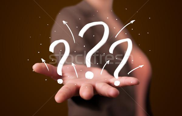 Foto stock: Mulher · jovem · pontos · de · interrogação · jovem · bela · mulher