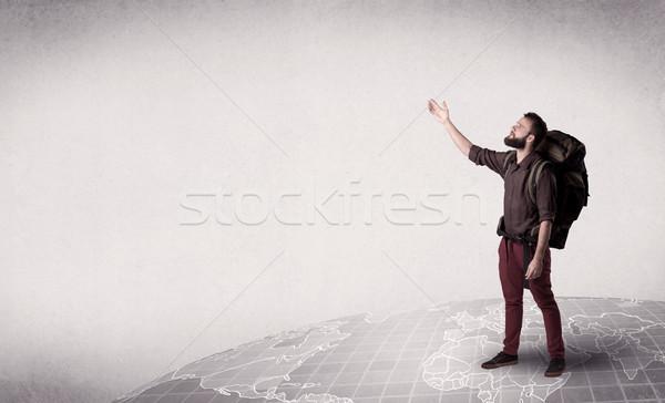 Jonge man rugzak knap Maakt een reservekopie permanente wereldkaart Stockfoto © ra2studio