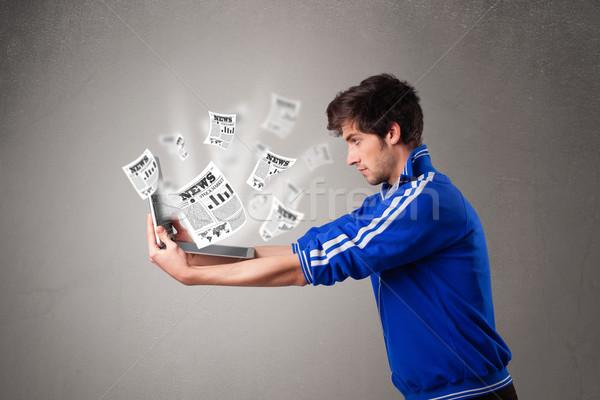 Fiatalember tart laptop olvas robbanékony hírek Stock fotó © ra2studio