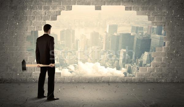 Foto stock: Homem · de · negócios · parede · martelo · empresário · urbano
