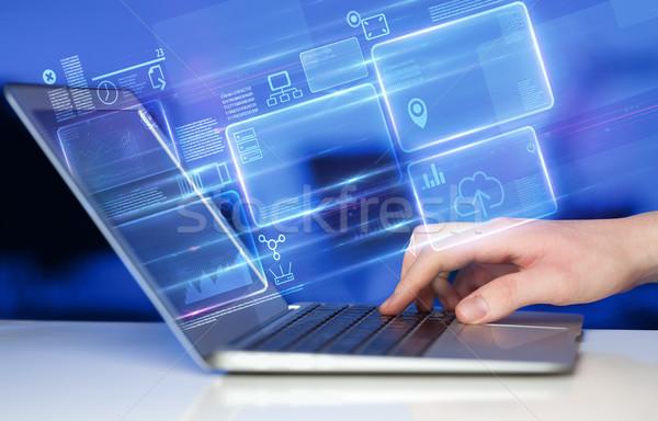 手 ラップトップを使用して 情報 データベース レポート を ストックフォト © ra2studio