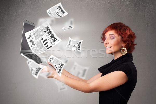 Casual bastante mulher jovem caderno leitura explosivo Foto stock © ra2studio