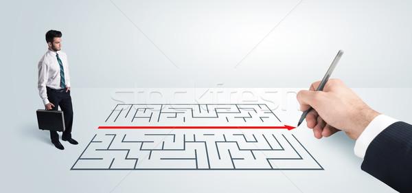 Foto stock: Homem · de · negócios · olhando · mão · desenho · solução · labirinto