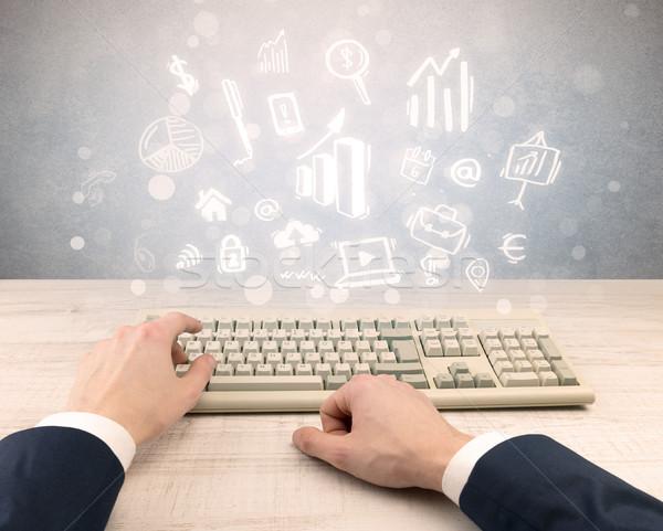 Elegáns üzletember kéz gépel firka jelentés Stock fotó © ra2studio