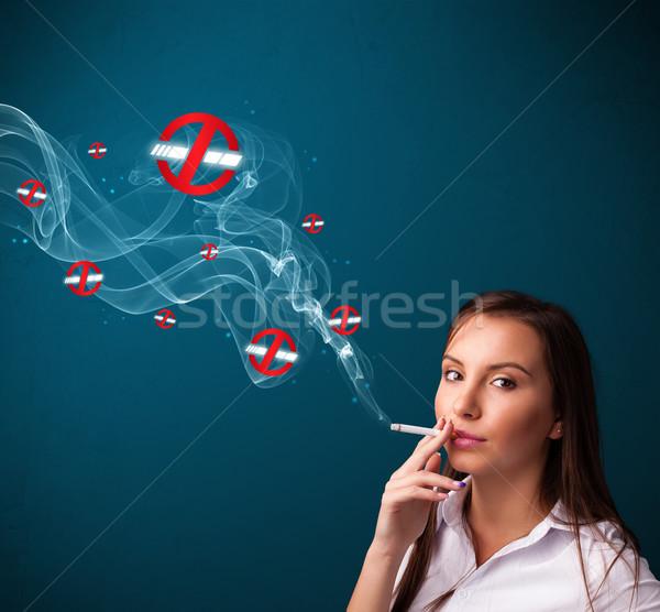 ストックフォト: 若い女性 · 喫煙 · たばこ · 標識
