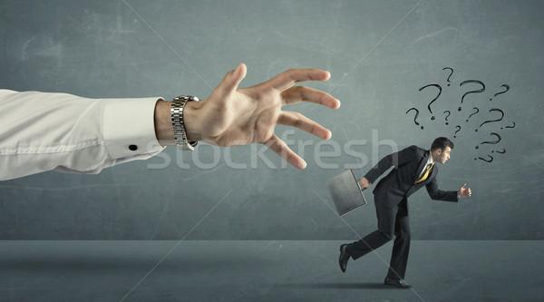 Zakenman lopen weg groot hand vraagtekens Stockfoto © ra2studio