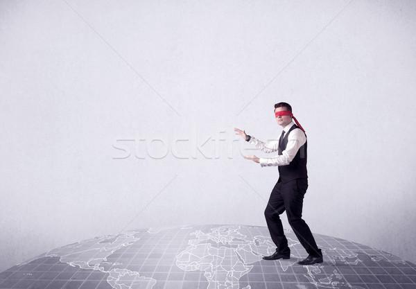 Jonge geblinddoekt zakenman stappen grijs wereldkaart Stockfoto © ra2studio