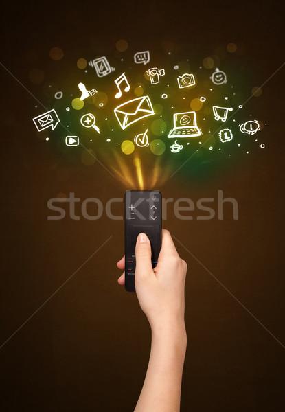 Main télécommande médias sociaux icônes sur Photo stock © ra2studio