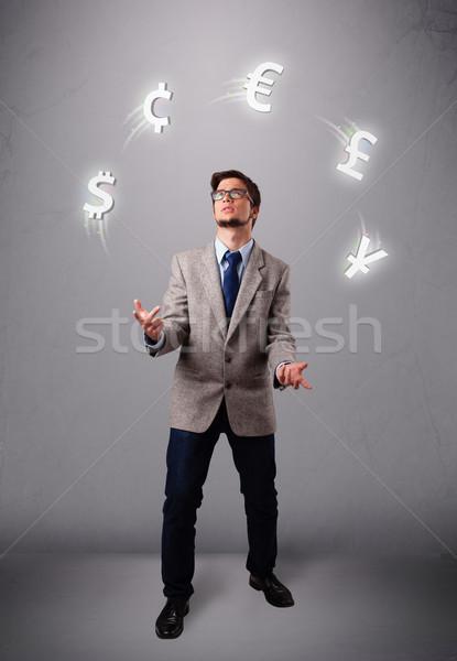 Jonge man permanente jongleren valuta iconen hand Stockfoto © ra2studio