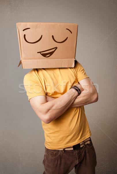 Fiatalember gesztikulál kartondoboz fej emotikon áll Stock fotó © ra2studio