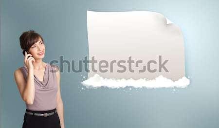 Mooie jonge vrouw telefoongesprek presenteren moderne Stockfoto © ra2studio
