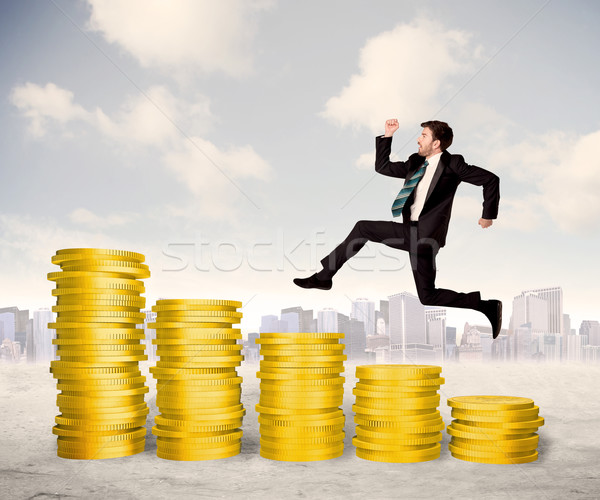 Geslaagd zakenman springen omhoog gouden munt geld Stockfoto © ra2studio
