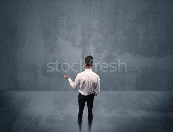 Сток-фото: бизнесмен · Постоянный · городского · стены · молодые · портфель