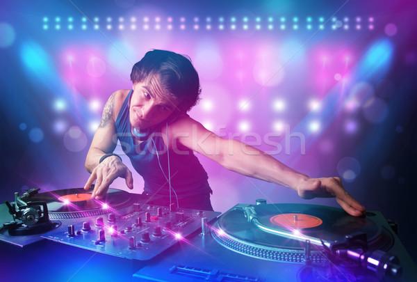 Discotecário música toca-discos etapa luzes jovem Foto stock © ra2studio
