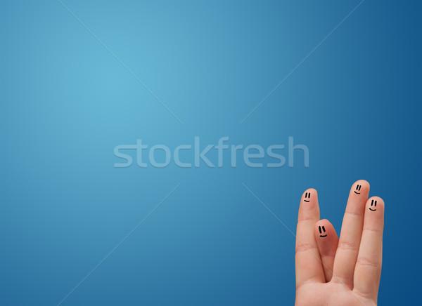 Szczęśliwy palce patrząc pusty niebieski Zdjęcia stock © ra2studio