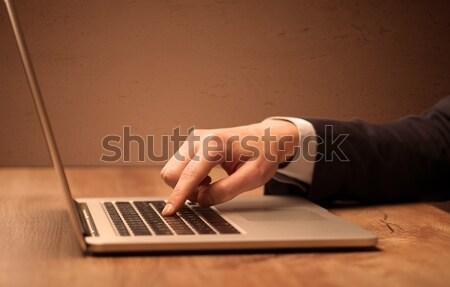 Işadamı takım elbise çalışma dizüstü bilgisayar ofis çalışanı zarif Stok fotoğraf © ra2studio