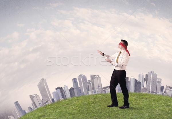 Jonge geblinddoekt zakenman stappen gras Stockfoto © ra2studio
