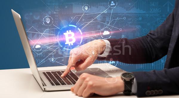 Mano globale bitcoin scambio tasso laptop Foto d'archivio © ra2studio