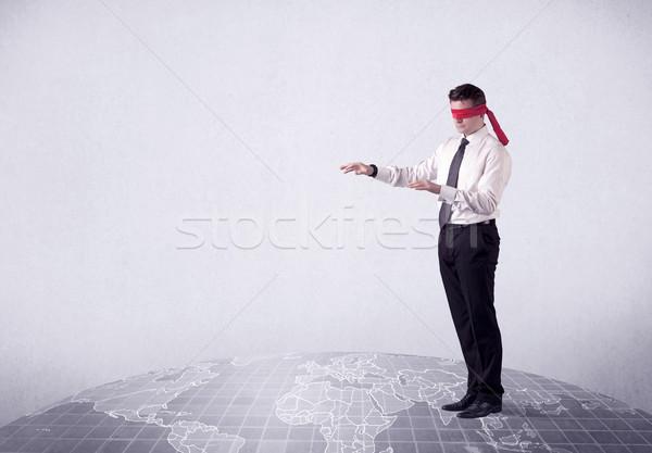 Geblinddoekt zakenman jonge stappen grijs wereldkaart Stockfoto © ra2studio
