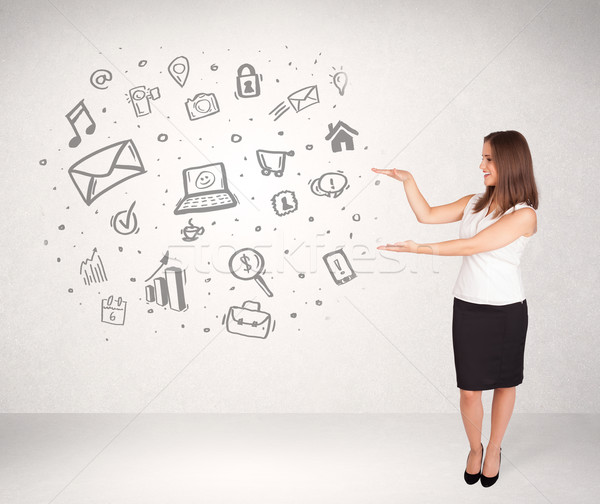 Foto stock: Jóvenes · mujer · de · negocios · dibujado · a · mano · los · medios · de · comunicación · iconos