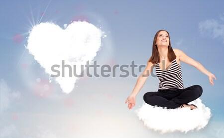 Foto d'archivio: Bella · donna · seduta · nube · cuore · giovani