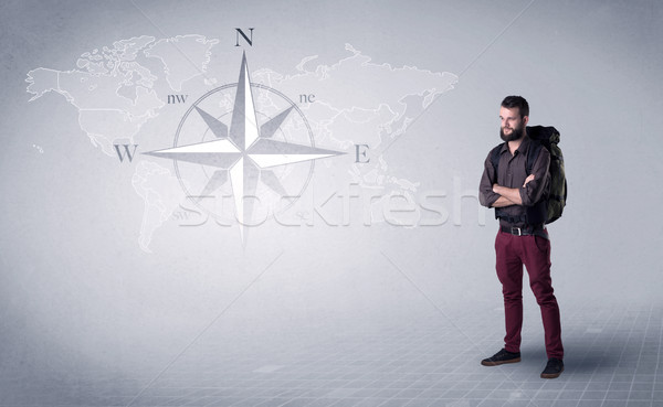 Jonge man rugzak knap permanente Maakt een reservekopie kompas Stockfoto © ra2studio