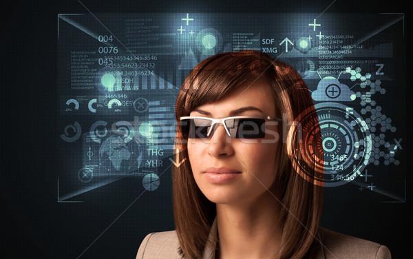 Zdjęcia stock: Młoda · kobieta · patrząc · futurystyczny · smart · wysoki · tech