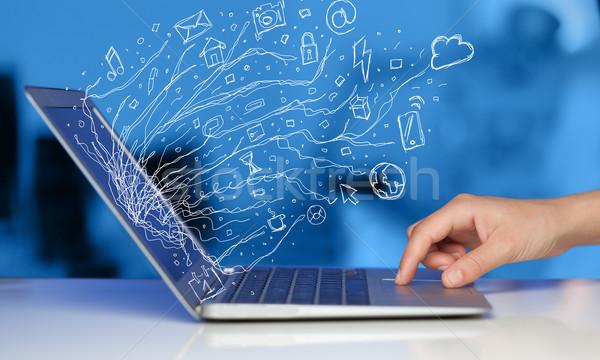 Homme portable ordinateur portable doodle icône Photo stock © ra2studio