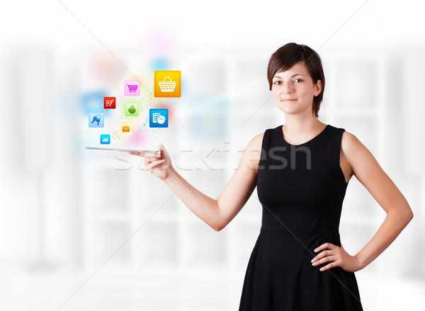 Stok fotoğraf: Genç · kadın · bakıyor · modern · tablet · renkli · simgeler