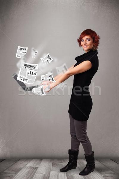 Foto stock: Casual · bastante · mulher · jovem · caderno · leitura · explosivo