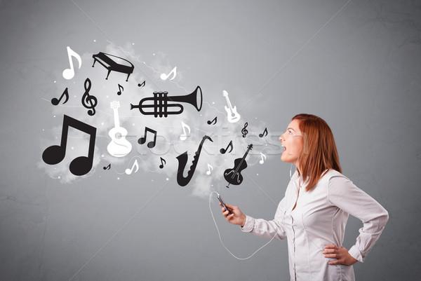 Piękna młoda kobieta śpiewu słuchanie muzyki muzyki zauważa na zewnątrz Zdjęcia stock © ra2studio