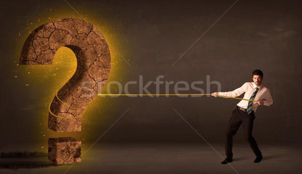 Foto stock: Hombre · de · negocios · grande · sólido · signo · de · interrogación · piedra