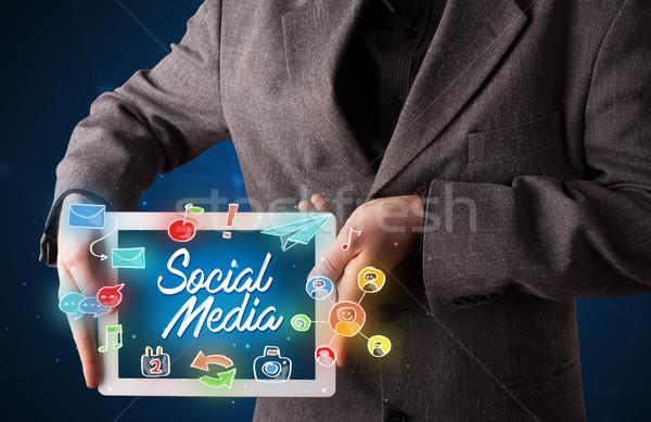 Foto stock: Empresario · tableta · medios · de · comunicación · social · gráficos · casual