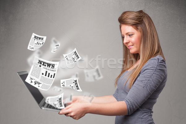 Lezser csinos fiatal nő notebook olvas robbanékony Stock fotó © ra2studio