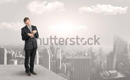 ストックフォト: ビジネスマン · 立って · エッジ · 屋上 · 市 · ビジネス