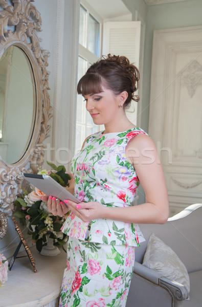 Business woman atrakcyjna dziewczyna tabletka lustra działalności Zdjęcia stock © raduga21