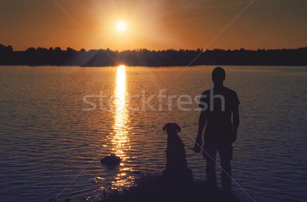 Znajomych wygaśnięcia człowiek psa spaceru jezioro Zdjęcia stock © raduga21