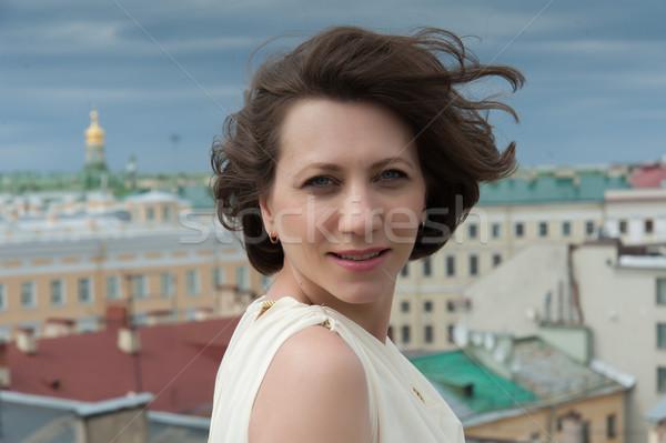 Młoda kobieta uśmiechnięty wiatr przepiękny uśmiechnięta kobieta dachu Zdjęcia stock © raduga21