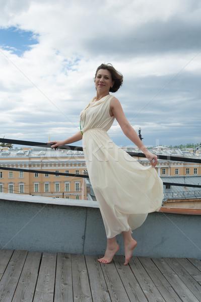 Piękna kobieta kobieta biała sukienka taniec dachu boso Zdjęcia stock © raduga21