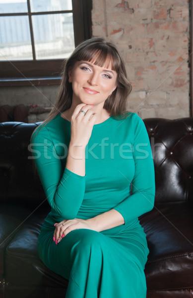 Kobieta długie włosy zielone sukienka krzesło Zdjęcia stock © raduga21